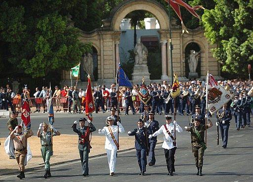 Fotograf a d a de las fuerzas armadas en for Cartelera avenida sevilla