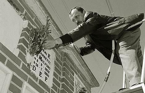 Gustavo Molfino pone unas flores en el nicho de su madre en el cementerio de la Almudena asesinada en Madrid. | Alejandro Cherep
