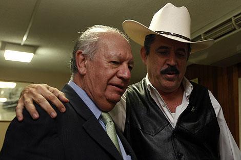 Micheletti, con el ex presidente chileno, Ricardo Lago.   Reuters