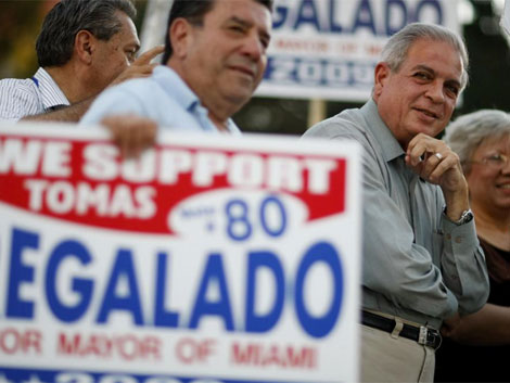 Regalado, a la derecha, durante la campaña en Miami   Afp