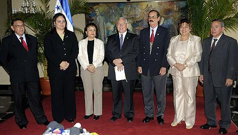 Roberto Micheletti, junto al nuevo Gobierno de Unidad Nacional. | Efe