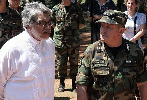 El presidente paraguayo, Fernando Lugo, con el general Cibar Benítez. | AFP