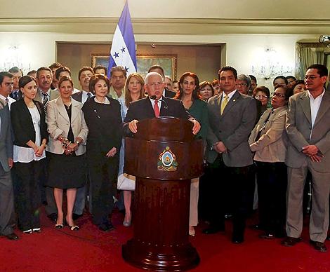 Roberto Micheletti, en el momento del anuncio de su gobierno de 'unidad nacional'.   Efe