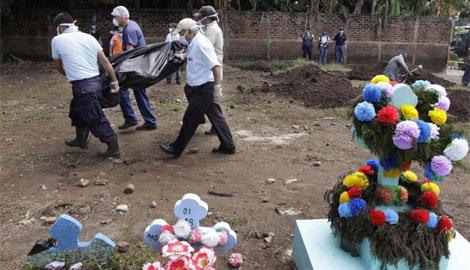 Vecinos de San Vicente arrastran un cadáver | Luis Galdámez