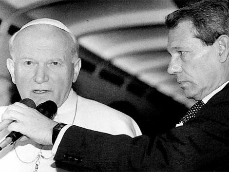 Navarro Valls junto al Papa Juan Pablo II, en un viaje avión. | EL MUNDO