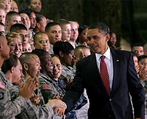Obama saluda a soldados estadounidenses en una base en Corea del Sur. EFE