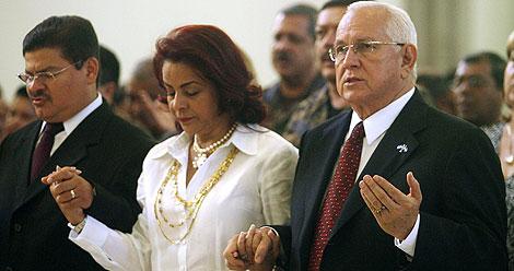 El presidente de facto y su esposa, durante una misa multitudinaria en el cierre de campaña. | Reuters