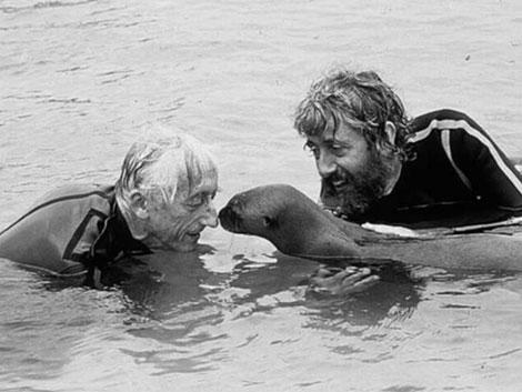 Jacques Cousteau, (I) junto a su hijo Jean Michel, en el Amazonas en 1997. | Archivo