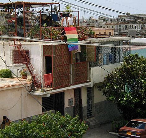Una bandera gay se despliega en un edificio de La Habana. | Flickr