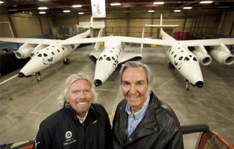 Sir Richard Branson (i) y Burt Rutanla posan frente a la SS2. | Foto de Virgin Galactic