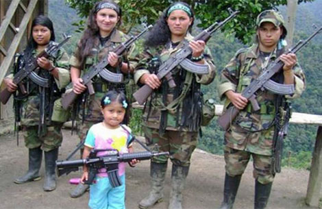 Mujeres y niña integrantes de las FARC. Foto de archivo.| AFP
