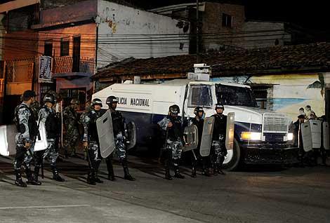 Dispositivo policial junto a la embajada, donde se refugia Zelaya.   Efe