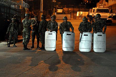 Soldados hondureños situados frente a la Embajada brasileña en Tegucigalpa. | AFP
