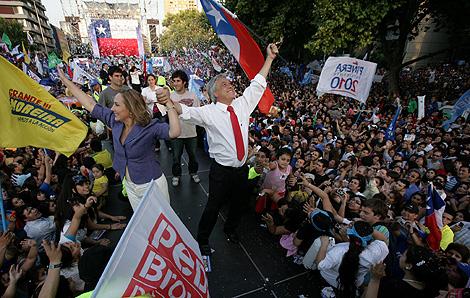Sebastián Piñera y su mujer, Cecilia Morel, en un mitin en Santiago. | AFP