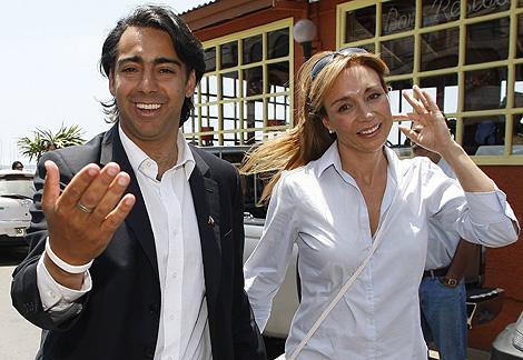 Marco Enríquez-Ominami y su mujer, Karen Doggenweiler, en un acto en Concon. | Reuters