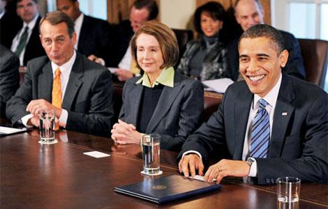 Obama (dcha), Pelosi (c), y el líder de los republicanos en la Cámara Baja, Boehner. | Efe