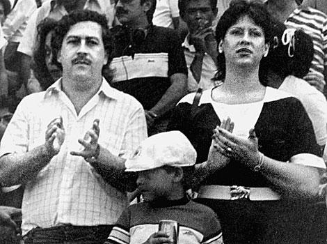 Pablo Escobar con su esposa e hijo en un partido de fútbol(Bogotá).| Archivo