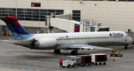 Un avión de la aerolinea Delta en la pista del aeropuerto Metropolitan de Detroit. | Efe