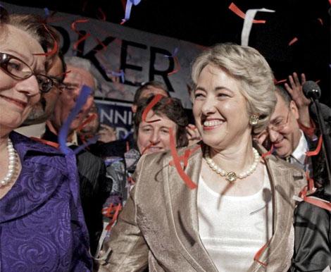 Annise Parker sonríe junto a su pareja en la celebración de su victoria. | Archivo