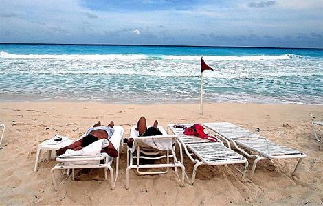Turistas en la playa de cancún.   Efe