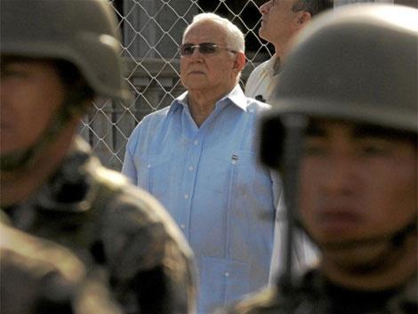 El presidente de facto Roberto Micheletti protegido por los militares.   Reuters