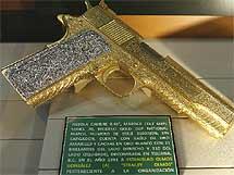 Pistola calibre 0.45 bañada en oro y con 121 brillantes incrustados. | Efe