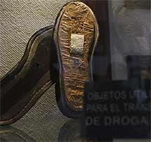 Zapatos con doble suela en cuyo interior se encontró marihuana. | Efe