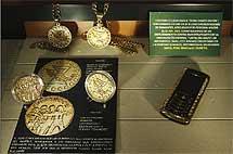 Monedas, cadenas y un móvil de oro con incrustaciones de piedras preciosas. | Efe
