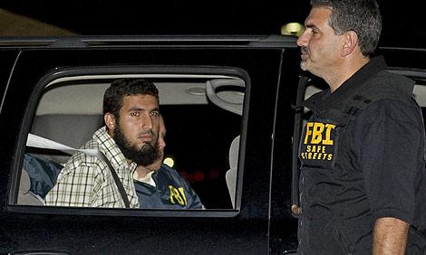 Najibullah Zazi, tras ser arrestado por el FBI.   AP