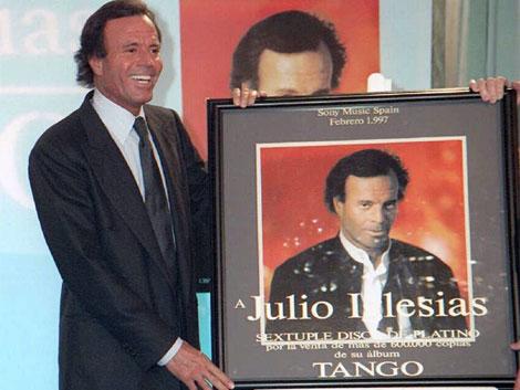 Julio Iglesias recibiendo su sexto disco de platíno por su disco 'Tango'. ELMUNDO
