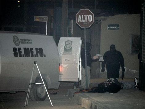 Forenses recogen pruebas junto al cuerpo de una víctima en Ciudad Juárez el pasado 9 de enero. | Efe