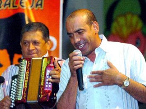 El cantante colombiano 'Poncho' Zuleta (der.) junto a su hermano Emiliano.| Efe