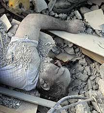 Un hombre bajo los escombros. | Efe