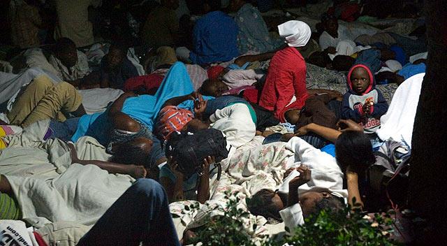 Decenas de personas duermen a la intemperie en Puerto Príncipe. | AFP
