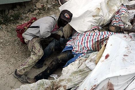 Un hombre roba a un cadáver en Puerto Príncipe.   Efe