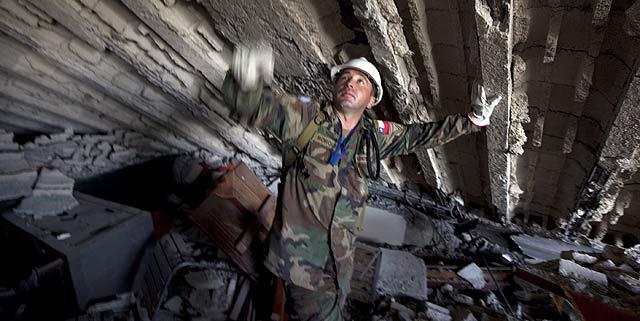 Un trabajador chileno de la ONU busca víctimas en el hotel Montana. | AP