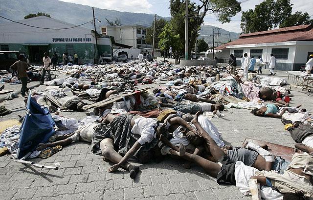 Los cadáveres se amontonan en las aceras de la calle. | Efe