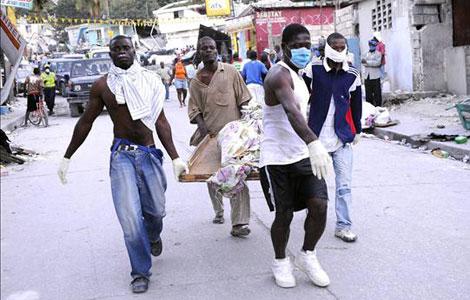 Haitianos rescatan a su gente por sus propios medios.   Efe