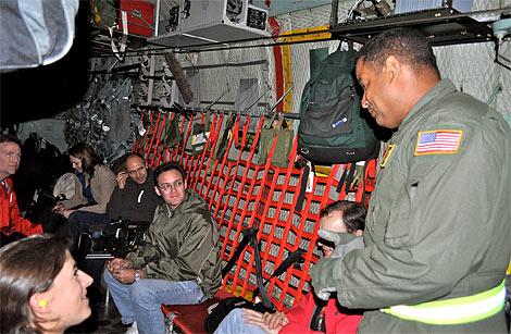 Los reporteros 'empotrados' en el portaaviones.