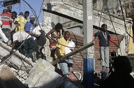Cientos de personas saquean unos almacenes en Puerto Príncipe. | Efe