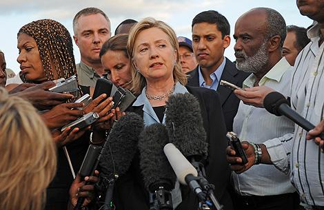 Hillary Clinton en una rueda de prensa en Haití.   Afp