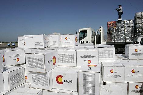 Cajas con ayuda humanitaria de España apiladas en la pista del aeropuerto internacional. | Efe