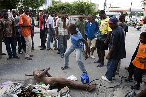 Un haitiano golpea al hombre acusado de robo este sábado en Puerto Príncipe. | AFP/UN