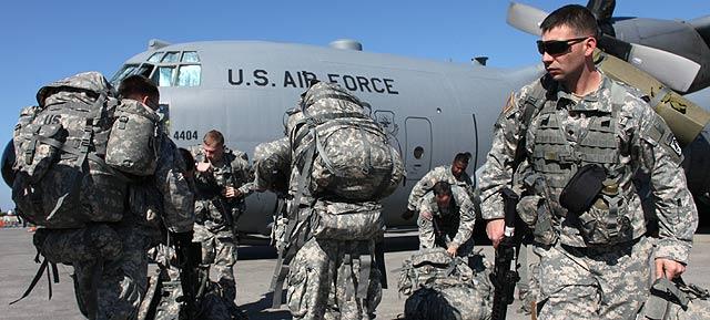 Soldados de EEUU, a su llegada al aeropuerto de Puerto Príncipe. | Afp