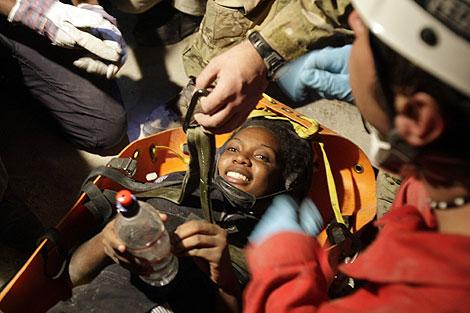 Hotteline Lozama, de 26 años, sonríe tras ser rescatada.   Ap