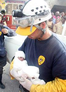 El doctor milanés con la niña en sus brazos.   J. Barreno