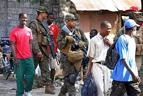 Marines de EEUU patrullan una calle de Puerto Príncipe.   AFP