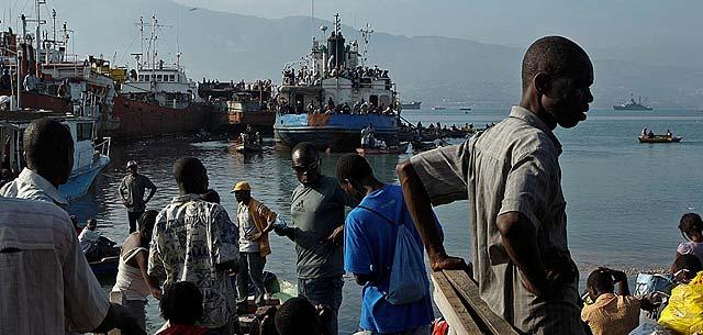 Cientos de desplazados haitianos intentan salir de Puerto Príncipe.   AP