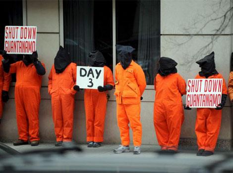 Varios activistas vestidos de presos se manifiestan contra la cárcel de Guantánamo en Washington.   Efe