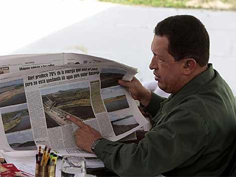 Hugo Chávez enseña un periódico durante su programa 'Aló Presidente'.   Efe